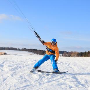 Snowkiten – Gleiten Sie mit einem Segel durch den Schnee